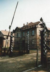 """Der zynische Satz """"Arbeit macht frei"""" steht über dem Tor zum Konzentrationslager Auschwitz. Archivfoto: Hans-Jürgen Amtage"""